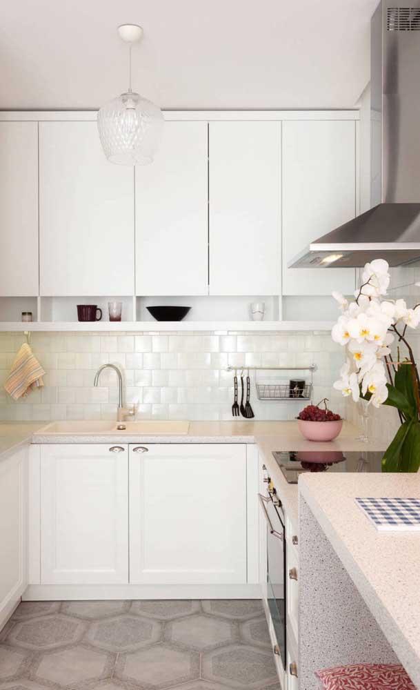 Azulejos de metro para garantir a praticidade e a beleza da cozinha compacta