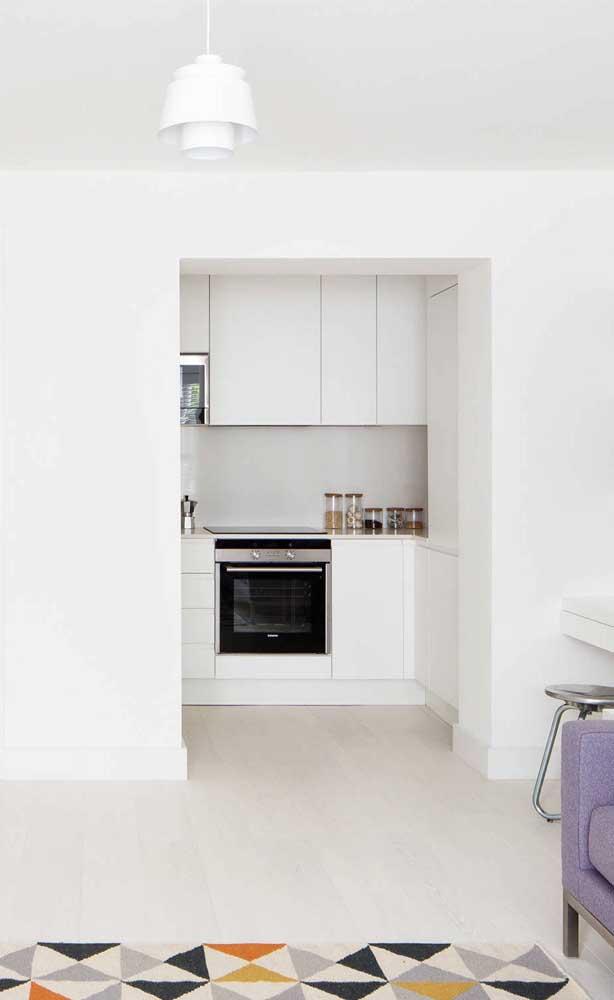 Cozinha compacta branca para dar continuidade ao estilo de decoração do restante da casa
