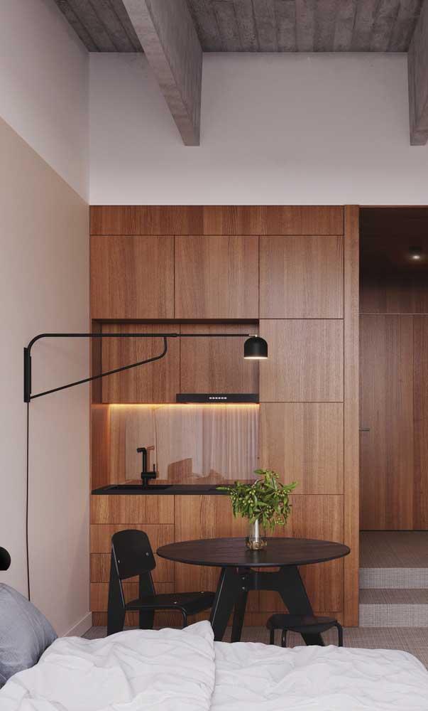 Cozinha que nem tem cara de cozinha! Olha como a madeira transforma o visual desse pequeno ambiente