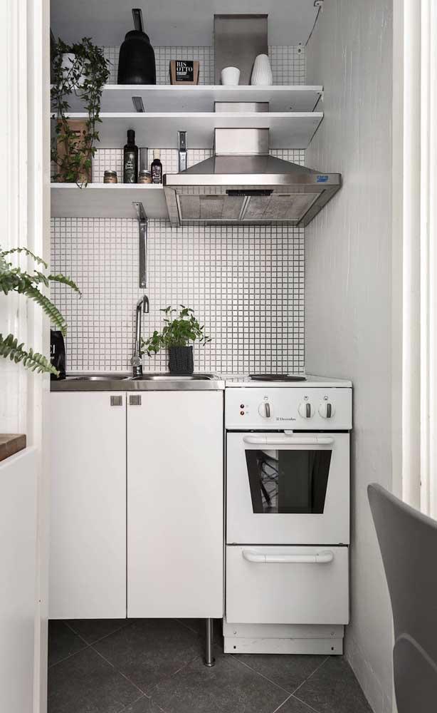 As prateleiras além de super práticas, dão um toque a mais na decoração da cozinha compacta