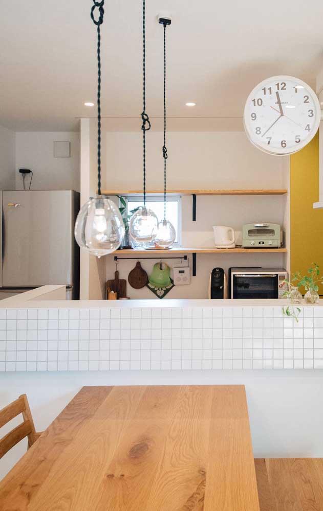 Cozinha compacta integrada aos demais ambientes pelo balcão de alvenaria