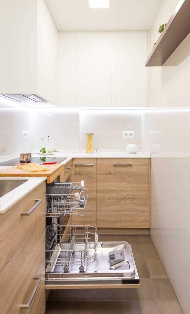 Economize espaço no chão da cozinha colocando escorredor de louças, lixeira e outros itens para dentro dos armários