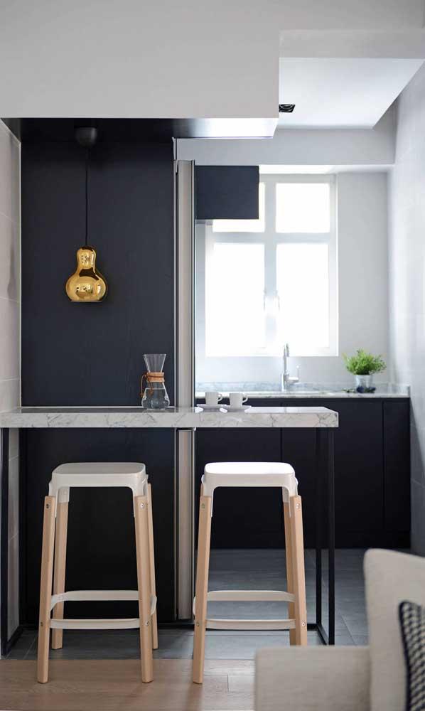 Um balcão simples divide com charme e estilo a cozinha compacta da sala de estar