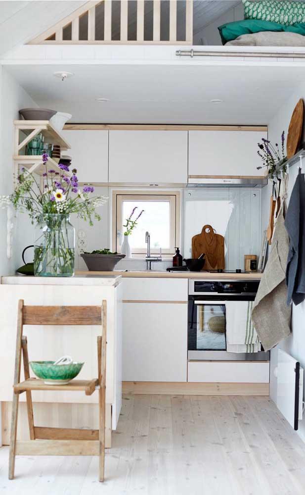 Nesse pequeno apartamento, a cozinha compacta foi montada embaixo do mezanino