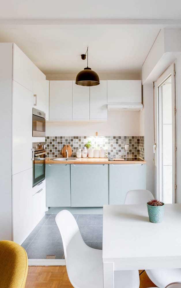 A luz natural é um presente para essa pequena cozinha