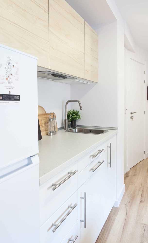A pedra clara do balcão ajuda na iluminação da cozinha compacta