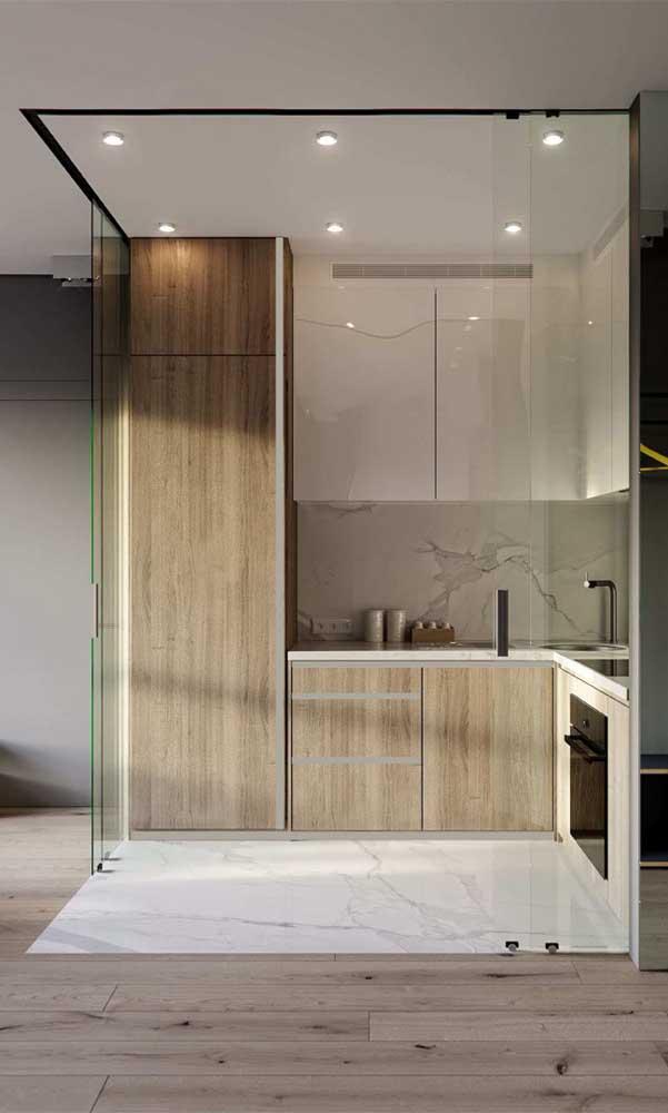 E que tal uma cozinha compacta fechada por portas de vidro? Um luxo só!