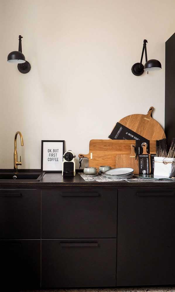 E para os que sonham com uma cozinha compacta preta, olha aí uma linda inspiração! Repare, contudo, que os armários foram usados apenas na parte baixa