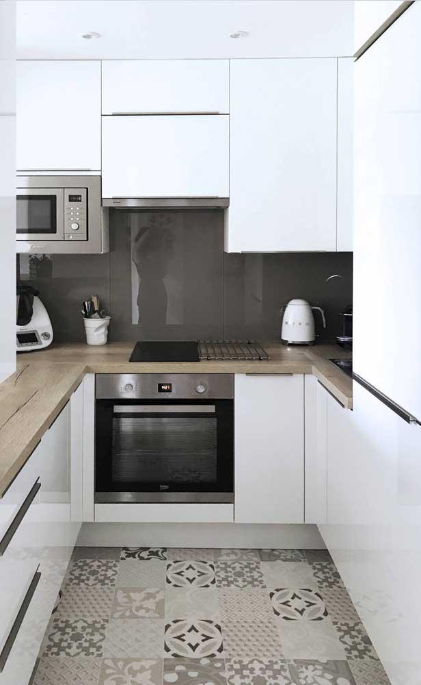 A madeira garante o clima acolhedor dessa pequena cozinha