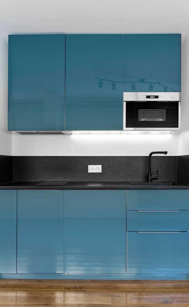 Que tal sair do comum e apostar em armários azuis para sua cozinha compacta?