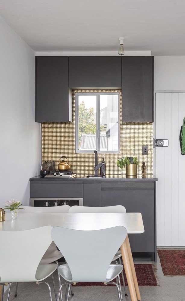 """Pastilhas douradas para dar aquele """"up"""" no visual da cozinha compacta"""