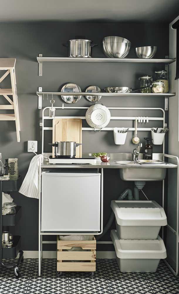 Nada de armários por aqui! Uma cozinha compacta só de prateleiras!