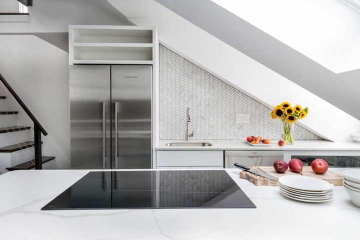Já para quem busca uma versão elegante e sofisticada de cozinha compacta, pode ficar com essa aqui, ela é perfeita!