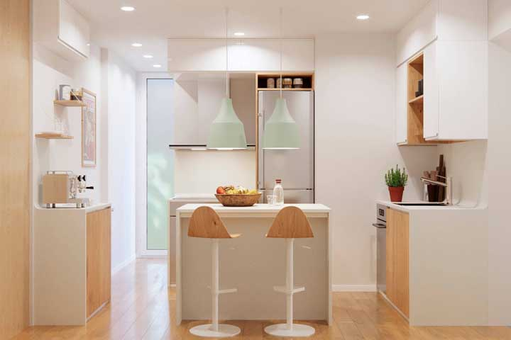 O charme do branco e da madeira clara é o destaque dessa outra cozinha compacta