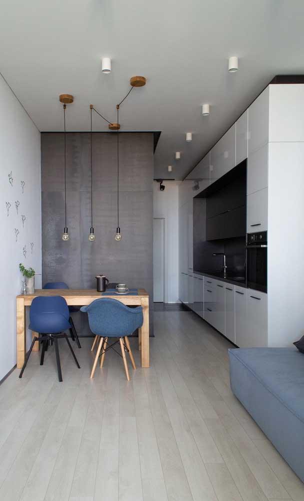 Cozinha compacta branca e preta integrada a sala de jantar e sala de estar