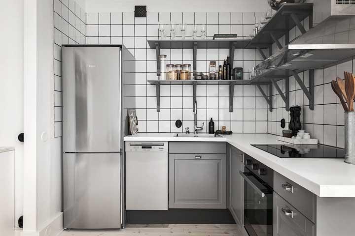 E o que acha de uma cozinha compacta branca e cinza?