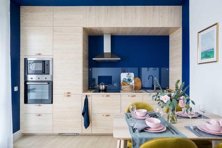 E o que seria dessa cozinha compacta se não fosse a parede azul incrível atrás do armário? Um detalhe que faz toda a diferença!