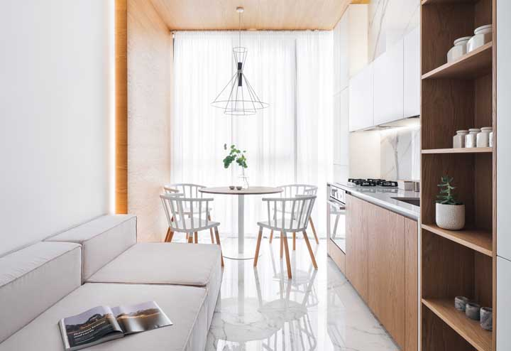 Cozinha, sala de estar e sala de jantar em um mesmo – e minúsculo – ambiente para provar que com planejamento tudo é possível