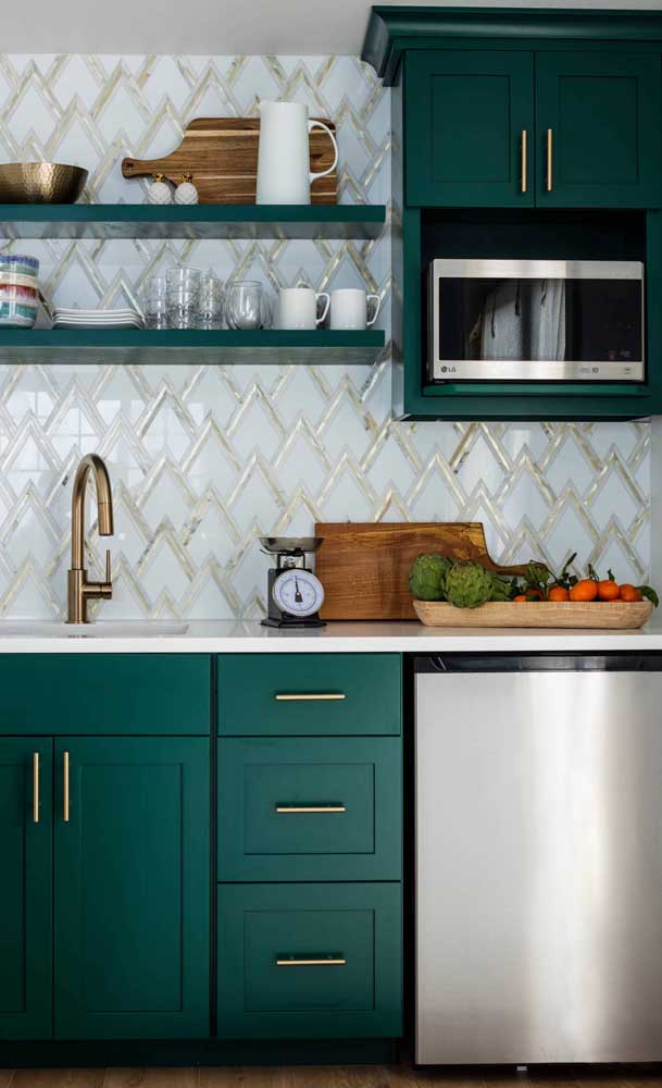 Um toque clássico e retrô nessa cozinha compacta pra lá de charmosa