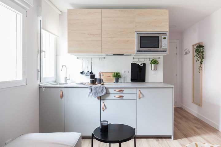 Outra vantagem do armário de cozinha planejado é que você pode escolher as cores, os materiais e até mesmo o tipo de puxadores que serão utilizados, ou seja, ela é totalmente personalizável