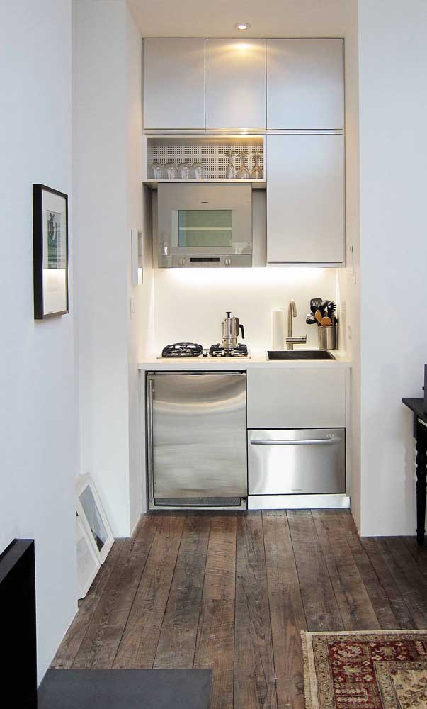 Compacta ao extremo! Mas repare que o planejamento permitiu que a cozinha não perdesse funcionalidade, mesmo sendo pequenininha