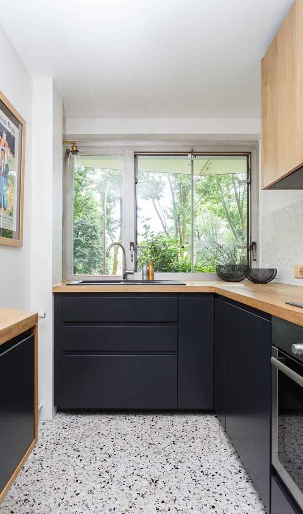 Cozinha compacta cheia de luz natural! Destaque ainda para o piso de granilite