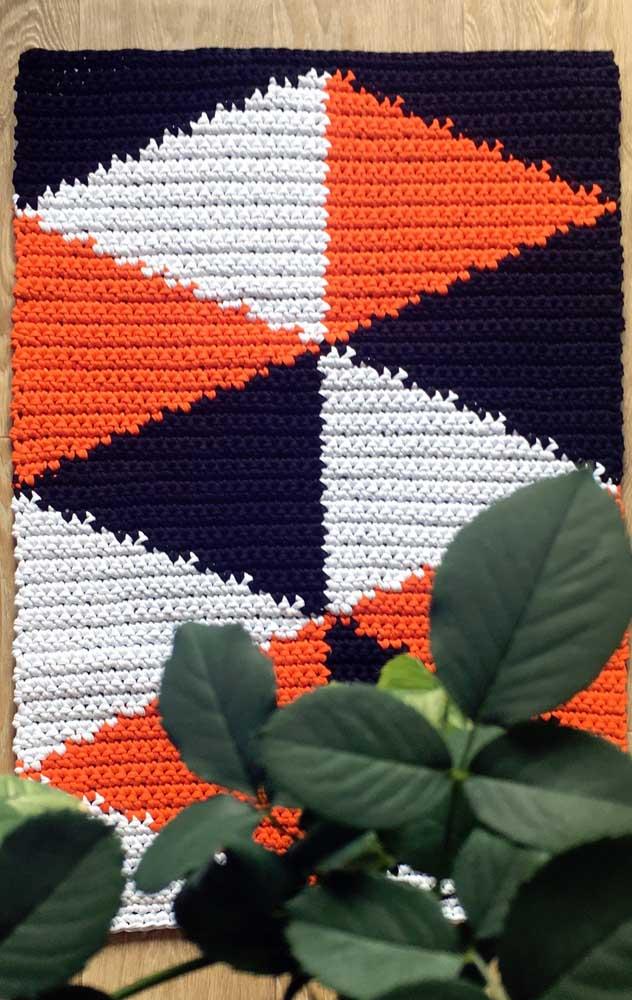 Tapete de crochê retangular em três cores fortes e contrastantes