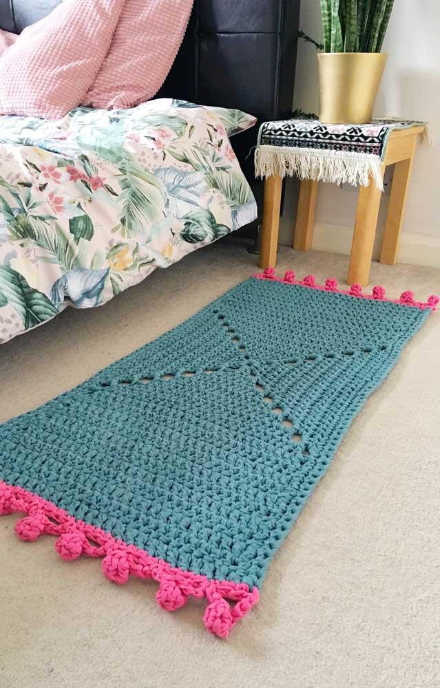E para a beirinha da cama, um tapete de crochê retangular azul e rosa pra lá de charmoso