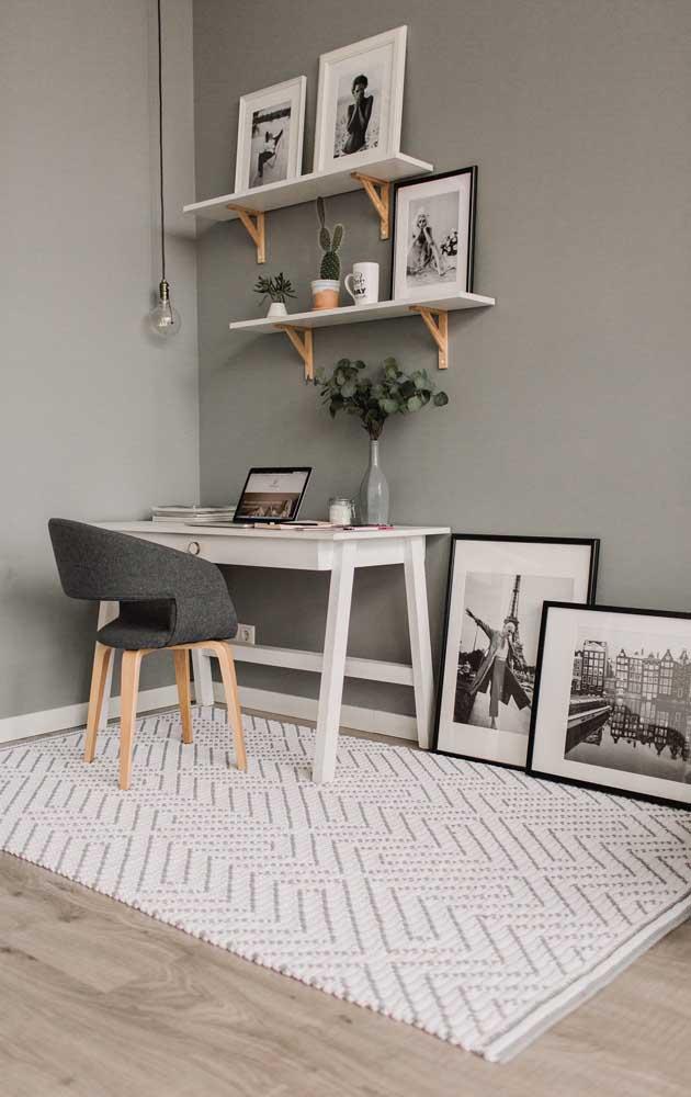 E o que acha de decorar o home office com um tapete de crochê retangular em estilo escandinavo? Lindo de viver!