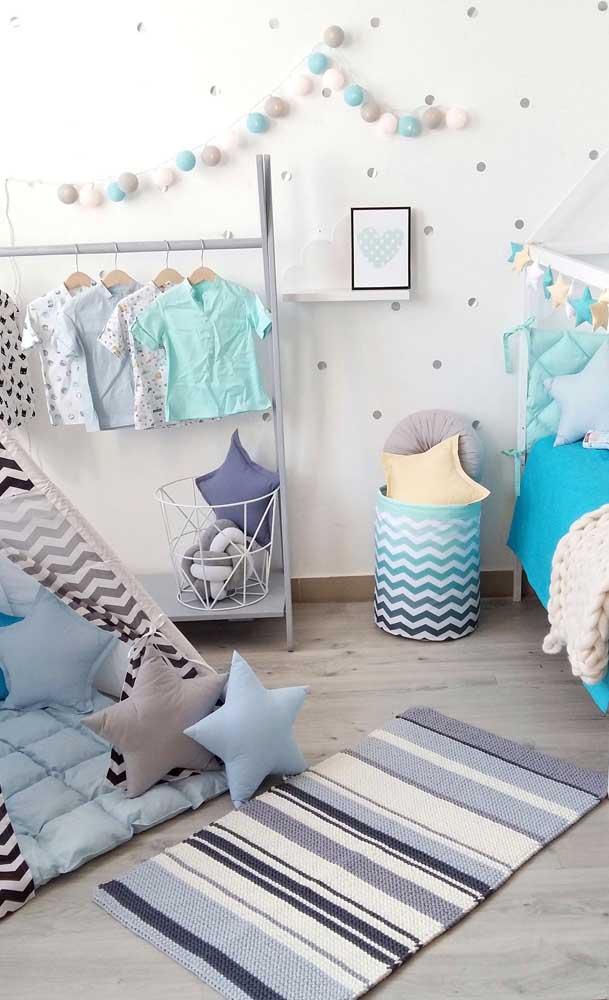 O tapete de crochê retangular cai como uma luva no quarto infantil