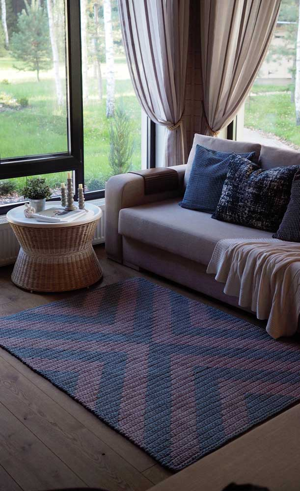 Tapete de crochê retangular grande para a sala de estar; repare que as cores do tapete se harmonizam perfeitamente com a decoração