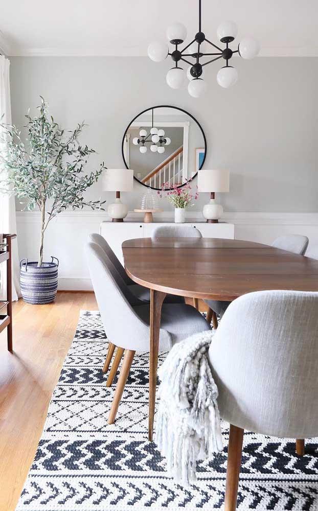 Essa sala de jantar ganhou um tapete de crochê retangular preto e branco de tirar o folego