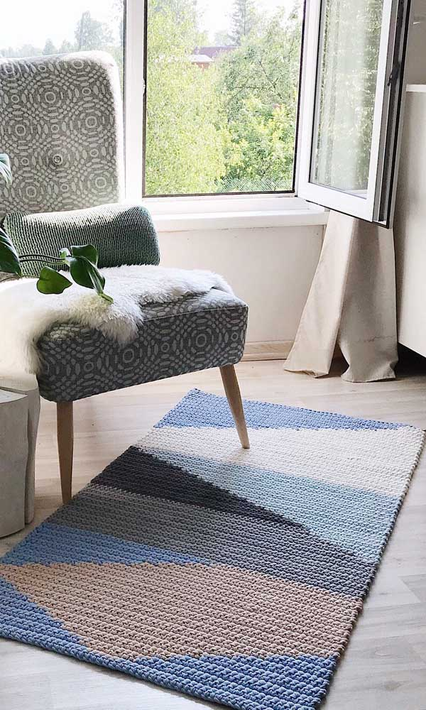 Que tal unir formas geométricas em tons de azul no tapete de crochê retangular? Uma linda composição