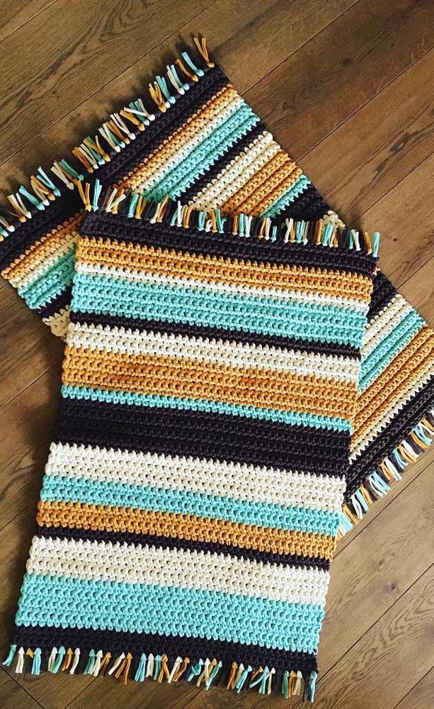 Tapete de crochê retangular pequeno e colorido, ideal para entrada da casa
