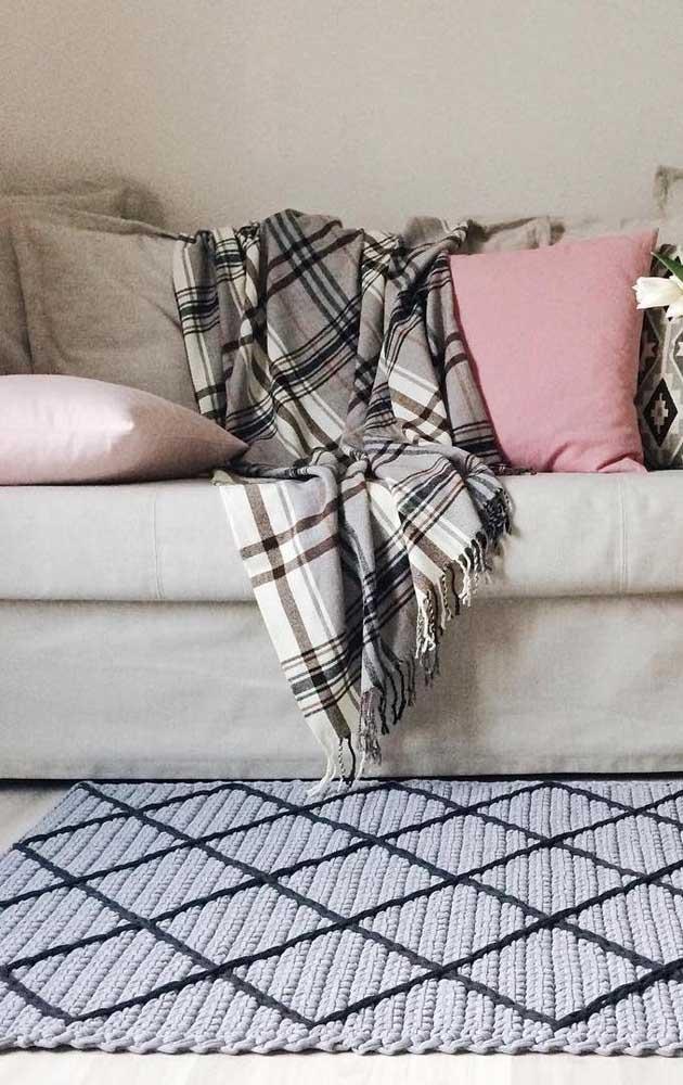 Esse modelo de tapete de crochê retangular para sala ganhou acabamento em linhas pretas