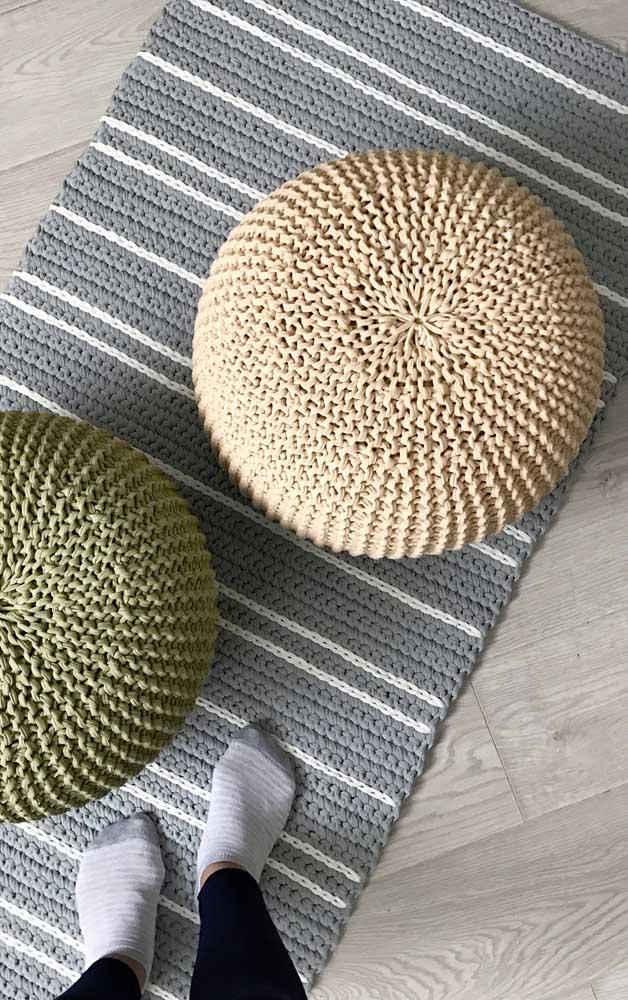 Já que vai fazer o tapete de crochê, aproveite e faça também as capas para puff