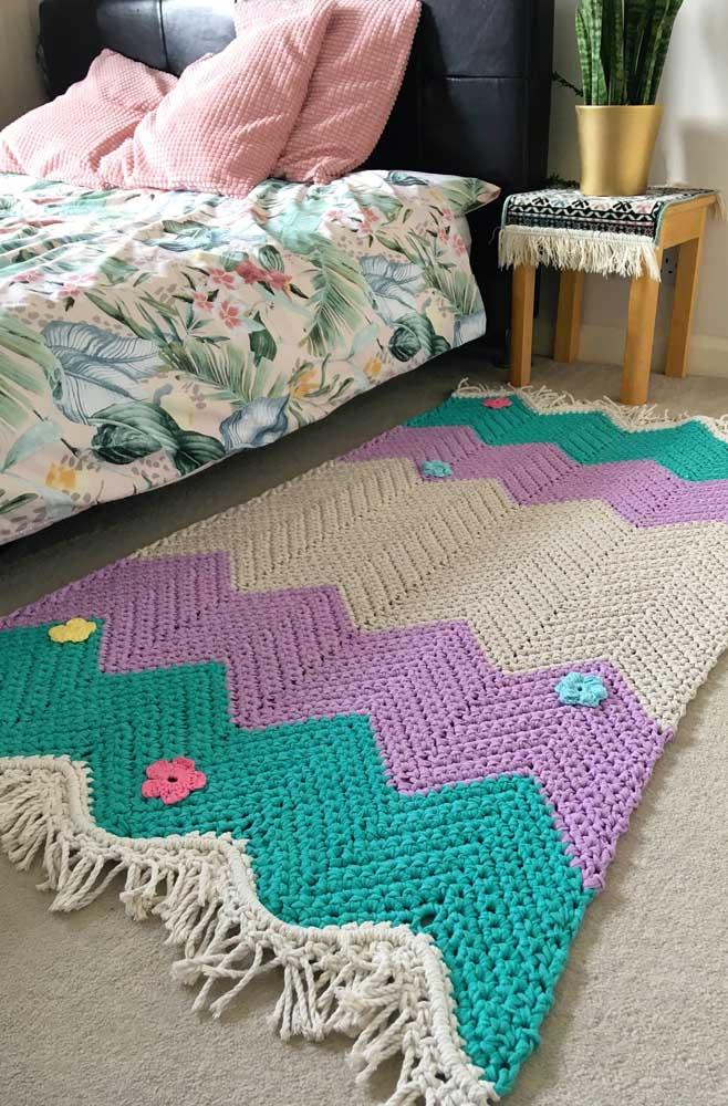 Pura delicadeza esse tapete de crochê ao lado da cama; a combinação de cores, as franjas e os apliques de flores ficaram perfeitos juntos
