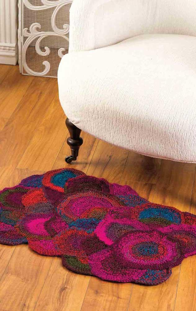 Tapete de crochê retangular pequeno, mas capaz de se destacar no ambiente como ninguém