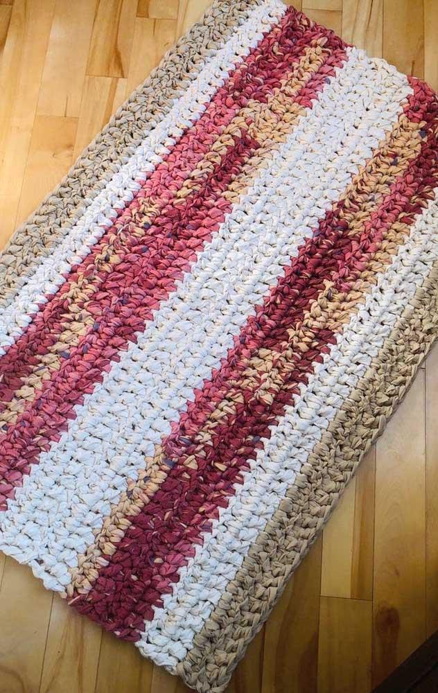 O fio de malha dá outra cara para o tapete de crochê retangular