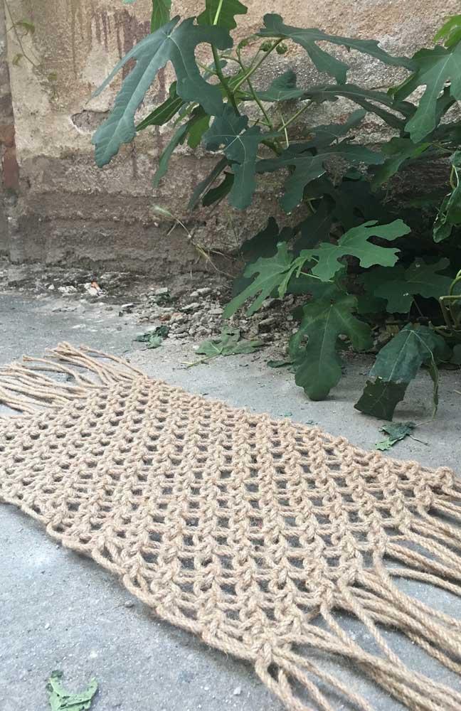 O que acha de um modelo de tapete de crochê mais rústico com pontos bem abertos? Fica lindo na área externa da casa ou no hall de entrada