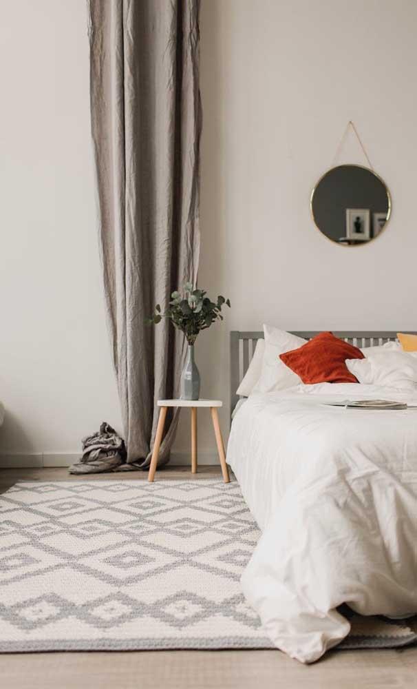 Um tapete de crochê retangular em branco e cinza para combinar com o estilo decorativo do quarto
