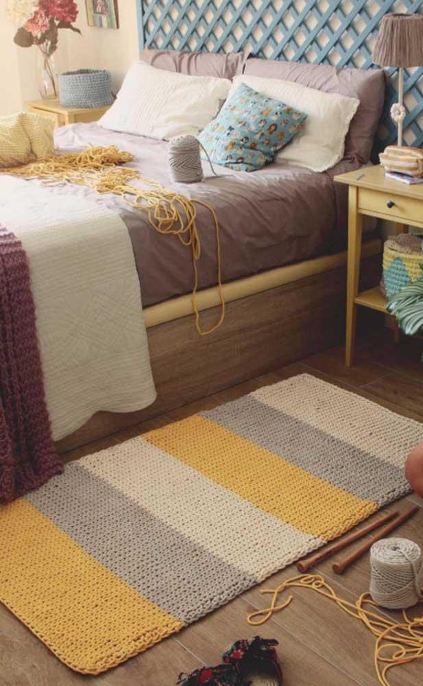 Amarelo, cinza e cru: três cores em listras para preencher esse tapete de crochê retangular