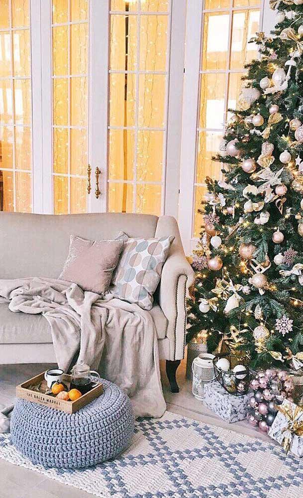 Puff e tapete de crochê em uma sintonia perfeita nessa sala de estar