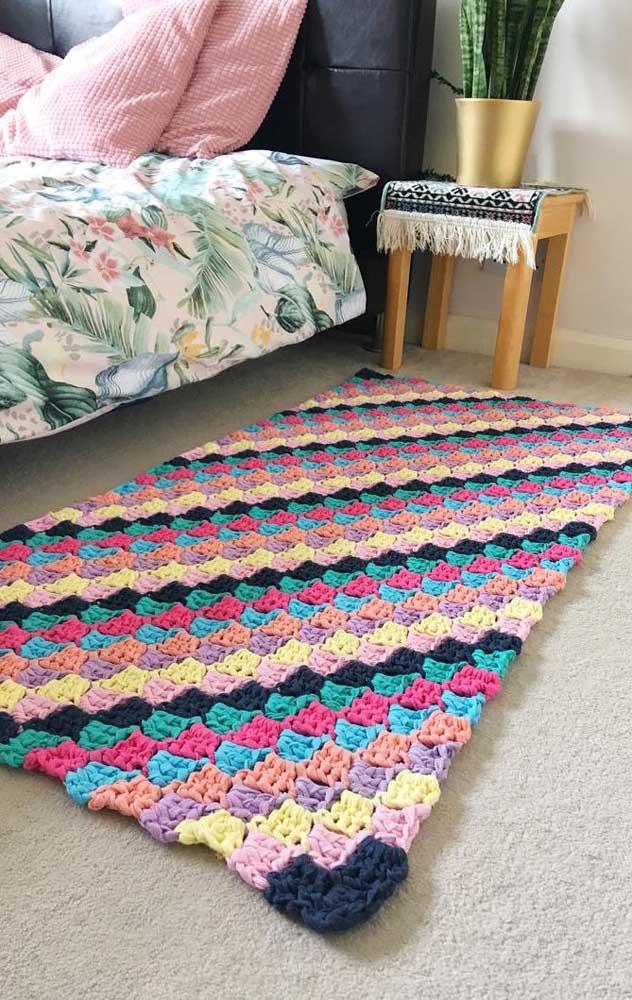 Que lindo! Esse tapete de crochê retangular lembra os tradicionais fuxicos de colchas