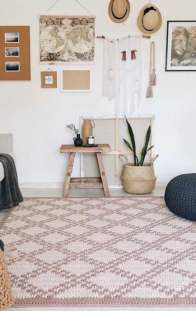 Um tapete de crochê de grandes proporções para cobrir de conforto e carinho essa outra sala de estar