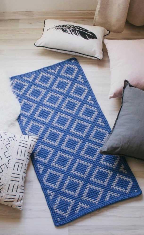 Uma miniatura de tapete de crochê em tom de azul para dar aquele toque a mais em qualquer ambiente