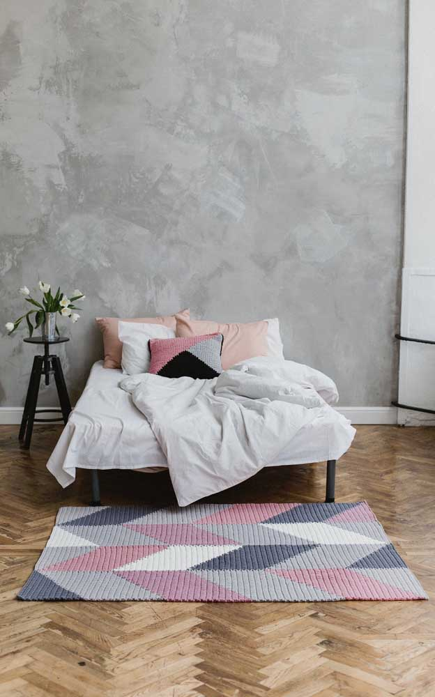 Cinza, rosa e preto: as cores do momento, aqui, integram a composição do tapete de crochê retangular