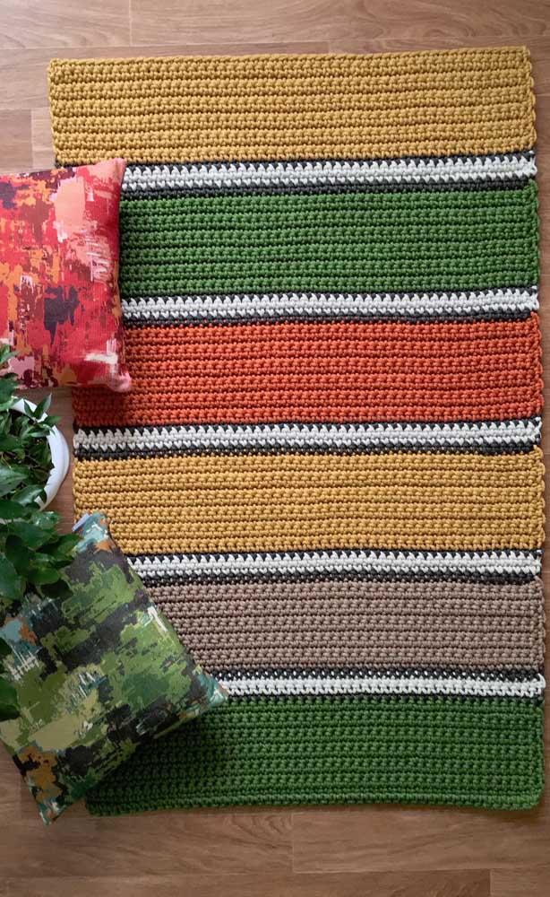 Listras coloridas garantem a graça desse outro modelo de tapete de crochê retangular