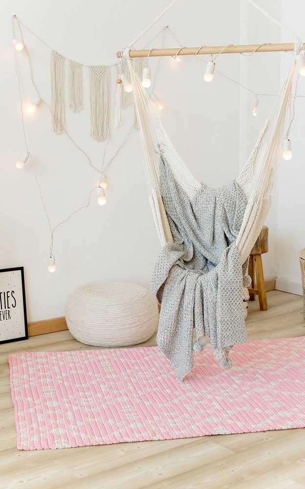 E que tal um modelo de tapete de crochê retangular cor de rosa para romantizar o seu ambiente?