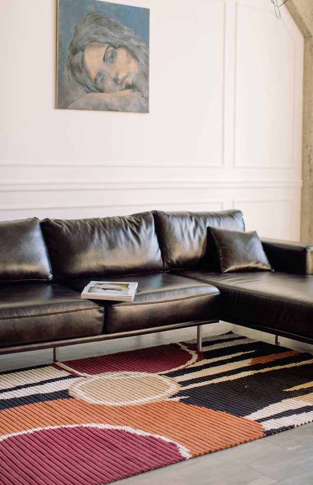 Já por aqui, a opção foi por um tapete de crochê retangular colorido e cheio de figuras geométricas para combinar com o estilo contemporâneo da sala de estar